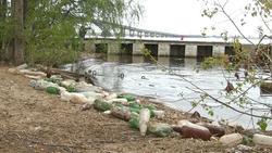 На набережной валяются кучи мусора, в Волге плавает освежитель воздуха