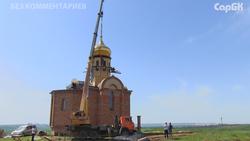В Саратовском районе освятили купола нового храма. Видео