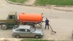 Ассенизатор сливает нечистоты в колодец на улице. Видео