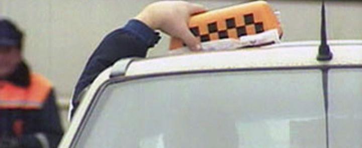 «Левый» таксист в поселке Вожега вытолкнул из машины сотрудницу полиции. Теперь ждет суда