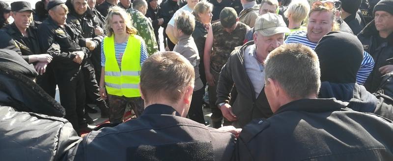 «Наши деды стояли за эту землю, и мы будем стоять!» Экоактивистов в Шиесе избили при попытке помешать доставке топлива (ВИДЕО)