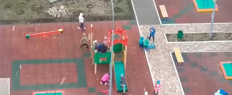 В детском саду на протяжении 20 минут трое избивали четвертого. Воспитателю было все равно (ВИДЕО)