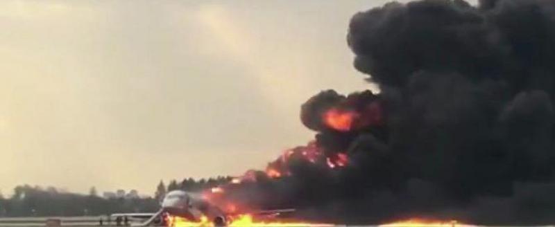 В Шереметьево при аварийной посадке загорелся самолет SSJ-100. Известно об одном погибшем (ВИДЕО)