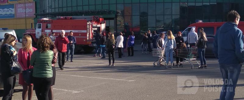 Вологодские ТЦ подверглись немедленной эвакуации: поступил звонок об их минировании
