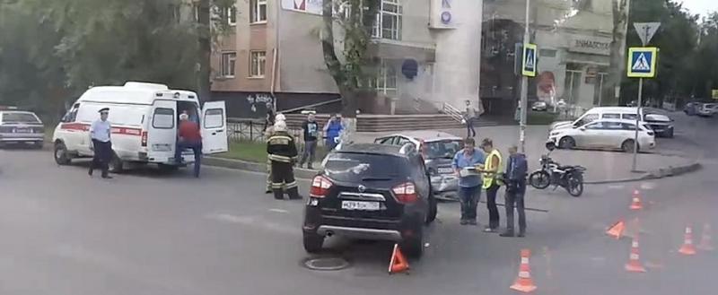Два «Ниссана» не поделили дорогу в районе улицы Ленинградской