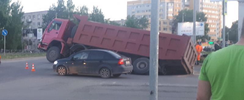 Вологодские дороги: проваливаются даже грузовики