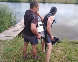 Спасатели достали из водоема тело рыбака