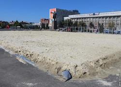 На Театральной площади пятый день не убирают песок после пляжного футбола