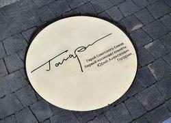 Автограф Гагарина перед новым аэропортом установили без Путина