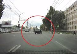 Чуть не сбившему пешеходов на переходе водителю грозит лишение прав