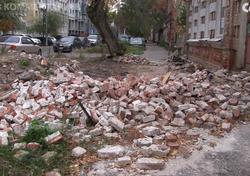 Стена расселенного сгоревшего дома рухнула на тротуар